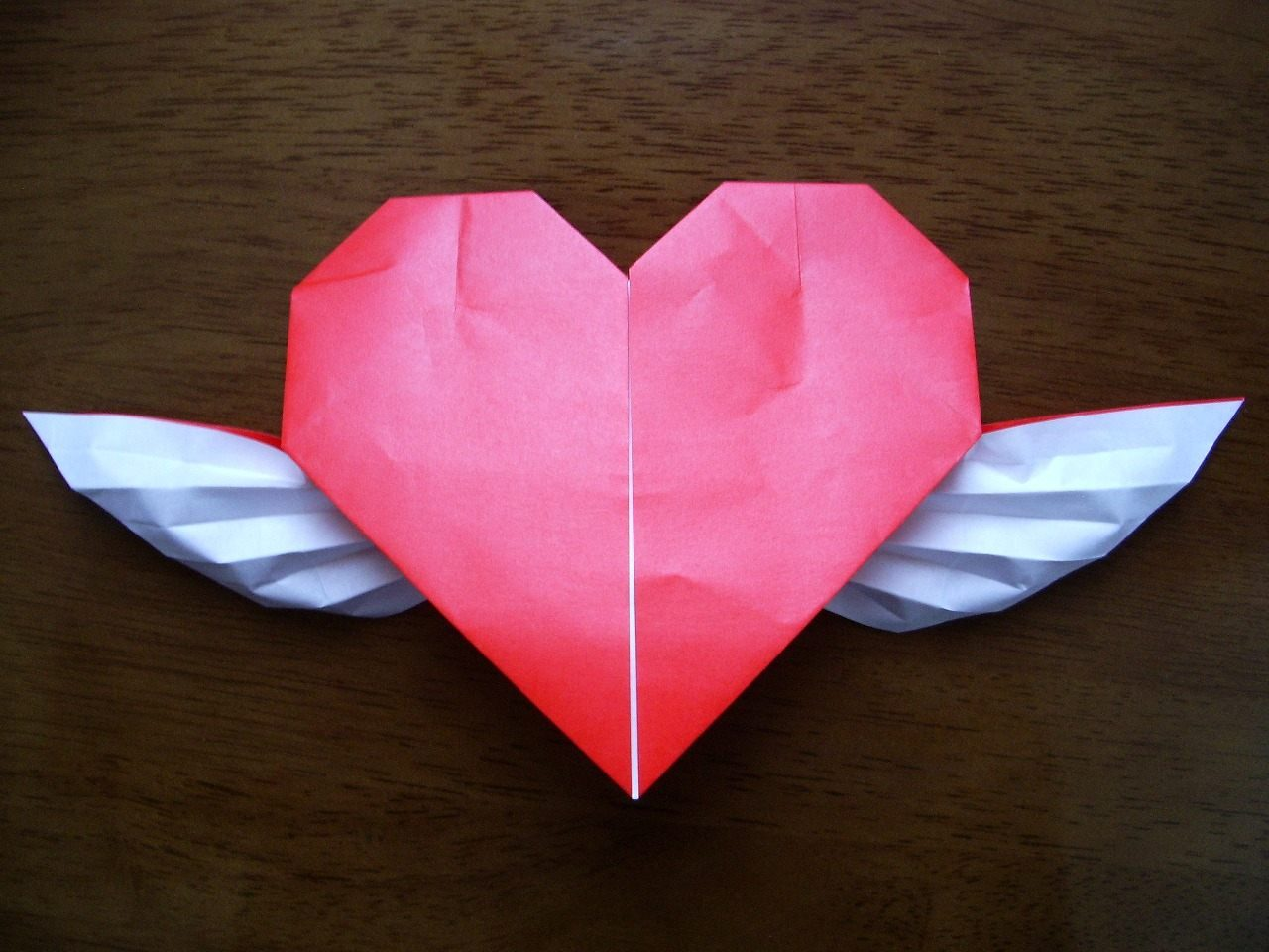 Coraz n de papel con alas im genes y fotos - Como hacer un corazon con fotos ...